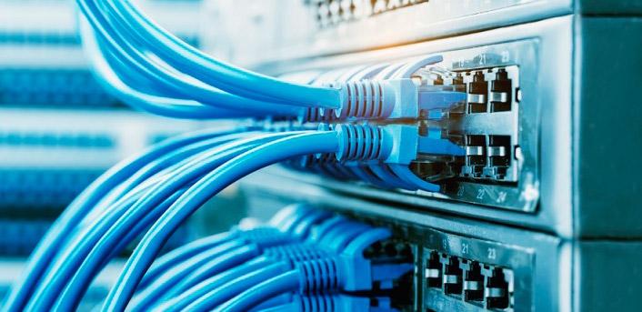 Cabos de rede conectados em um switch.