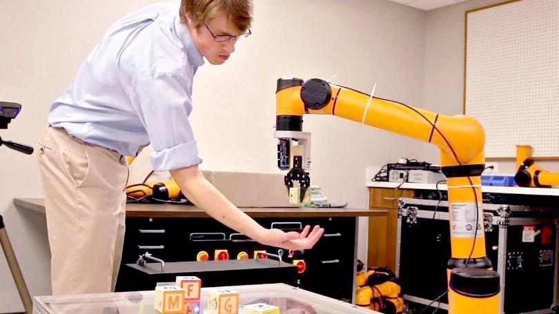 Engenheiro demonstrando os avanços das funcionalidades e todas possibilidades trazidas pela robótica industrial.