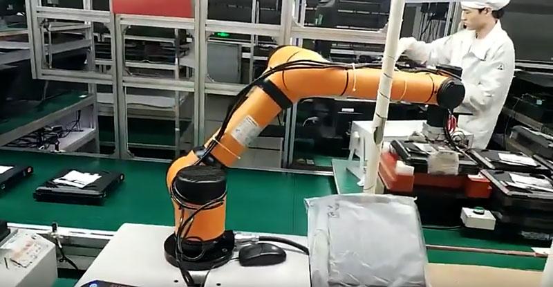 Operadores trabalhando junto a robôs, desenvolvidos com a robótica industrial.