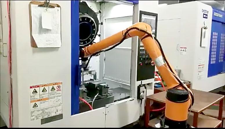 Aubo realizando a operações, em um ambiente fabril, que possui a tecnologia da robótica industrial.