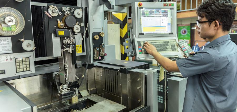 Técnico operando o painel de controle de automação.