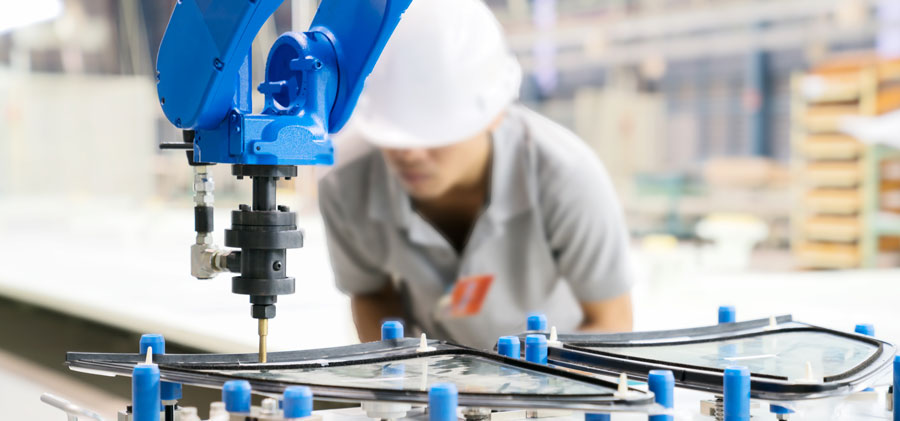 Analista avaliando o trabalho de um robo na indústria.