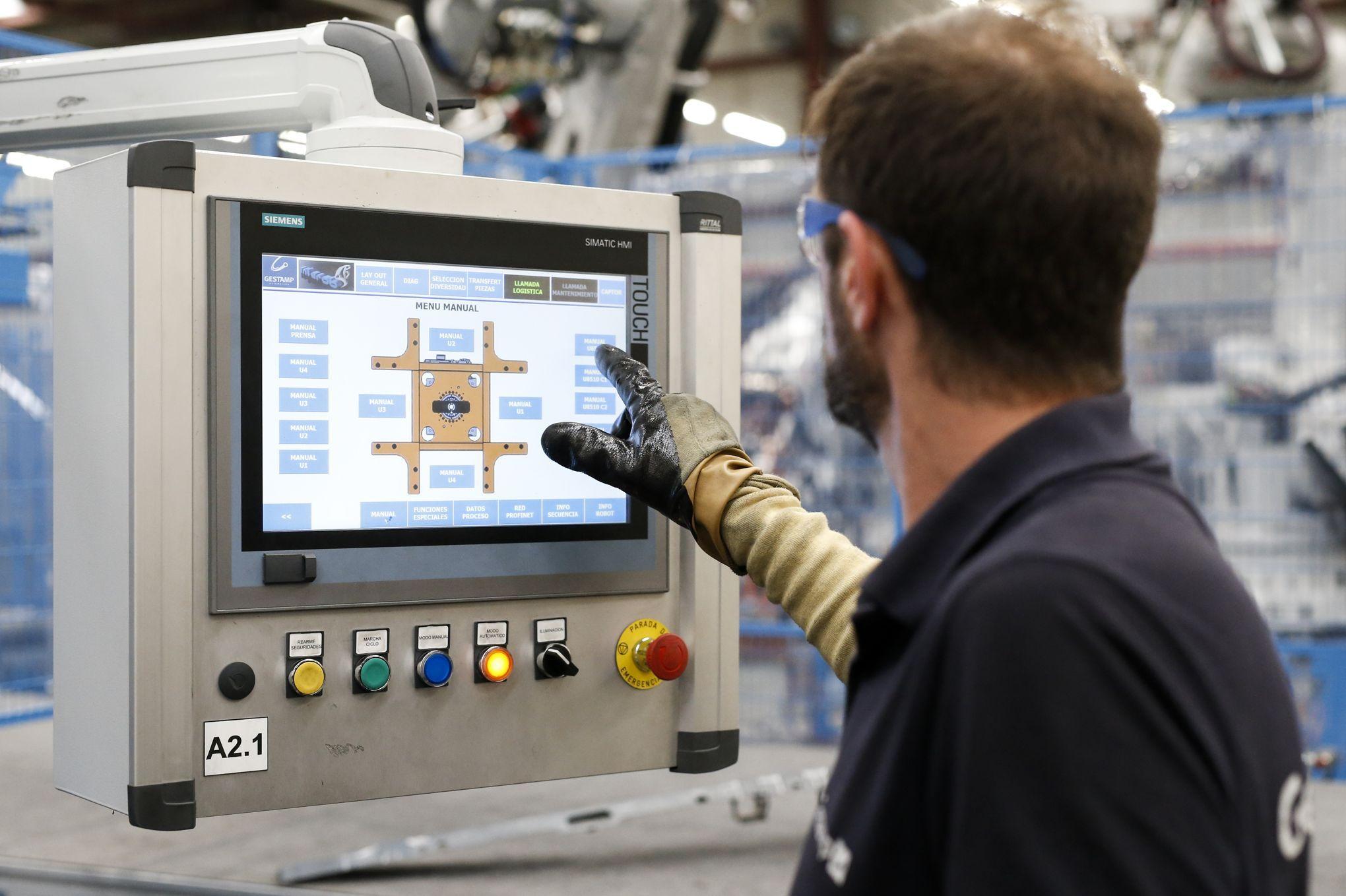 Engenheiro operando um painel de comando.