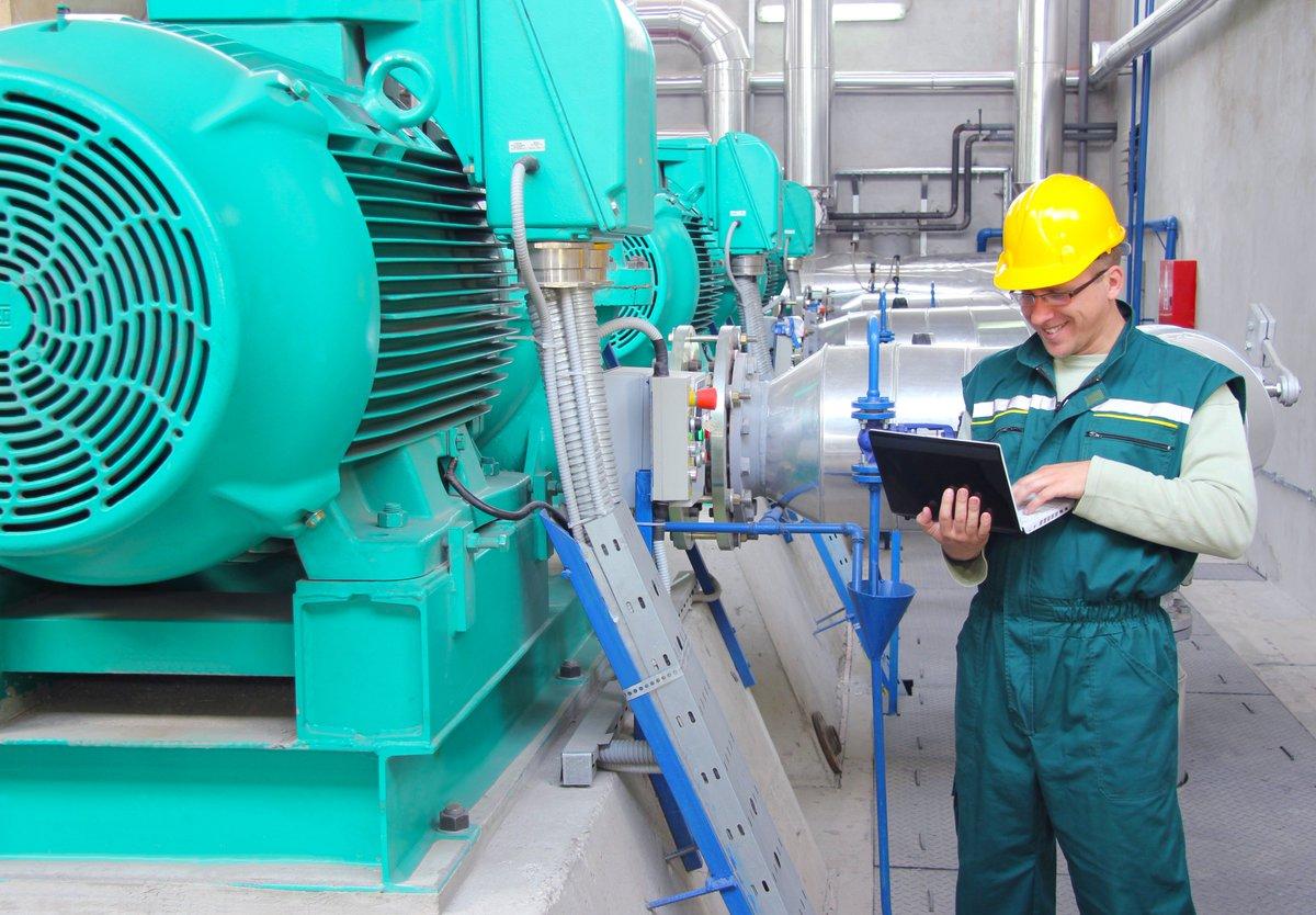 Engenheiro realizando a inspeção de automações do parque industrial.