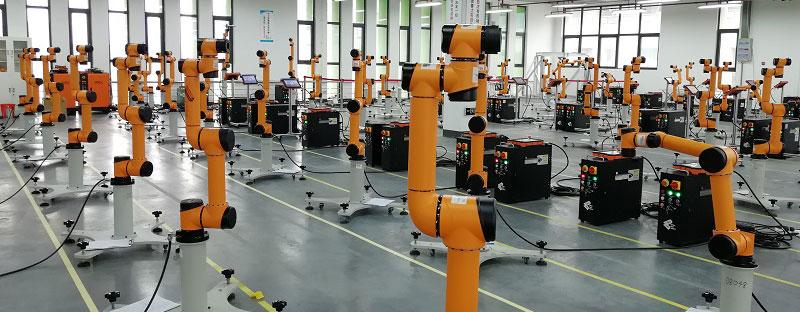 Sala de testes de robos sendo preparados para o trabalho na indústria.