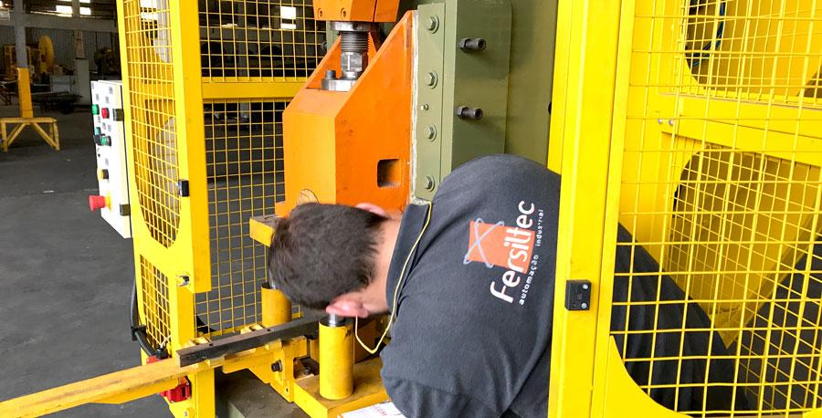 Técnico realizando a instalação de peças para a adequação NR-12 terceirizada de uma fábrica.