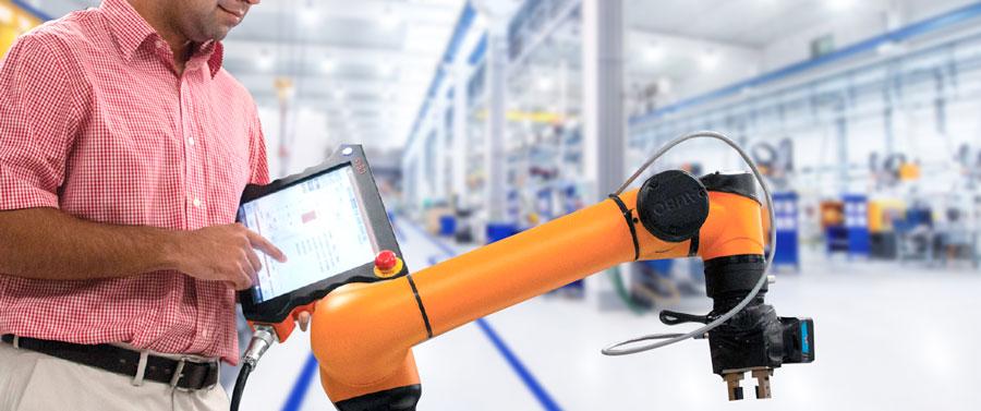 Engenheiro analisando desempenho de robô colaborativo através de uma rede 5g na Indústria.