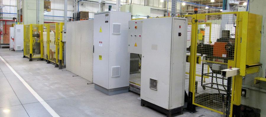 Interior de uma fábrica recém adequada as normas de segurança do maquinário fabril.