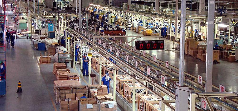 Imagem aérea de uma fábrica e seu processo produtivo na indústria.