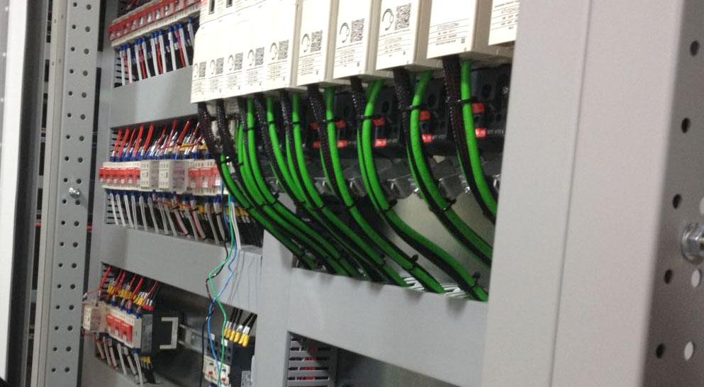 Painel elétrico adequado as normas de segurança do maquinário fabril.