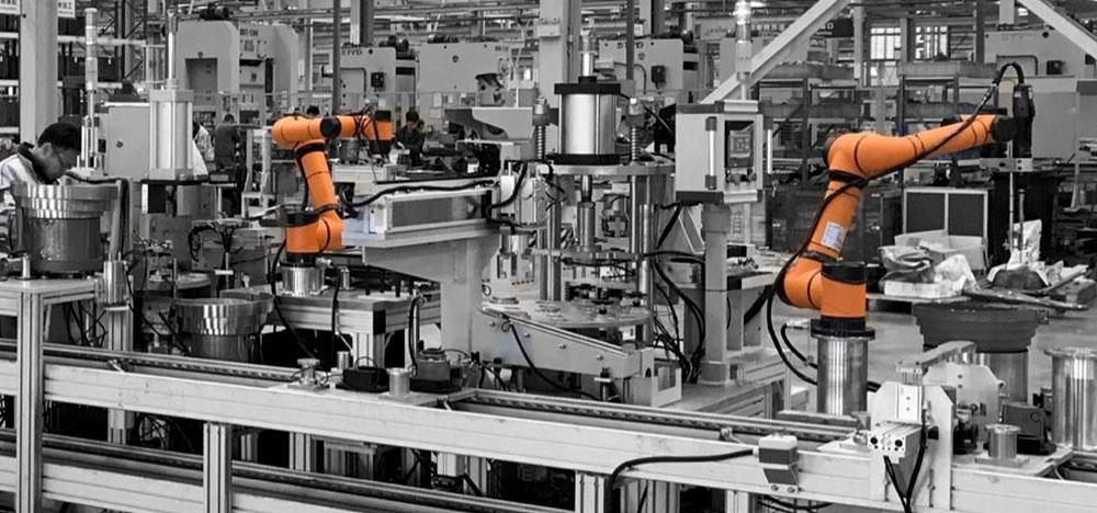 Robôs trabalhando para otimizar o processo produtivo na indústria.