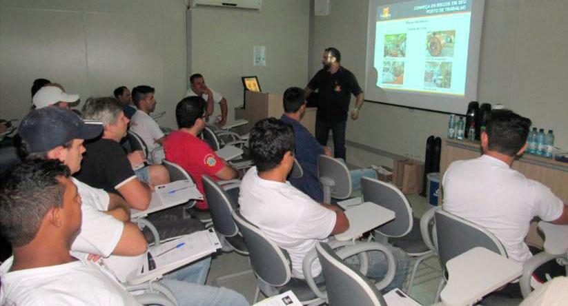 Treinamento realizado pela fersiltec sobre a aplicação da norma de segurança do maquinário fabril.