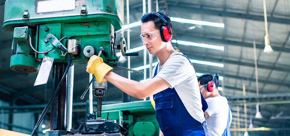 Operário realizando um processo produtivo na indústria.
